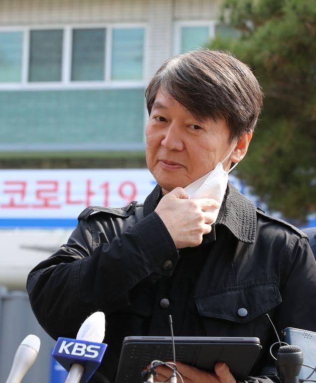 안철수 국민의당 대표가 15일 오후 코로나19 확진자 진료 지역거점병원인 대구 중구 계명대 대구동산병원에서 의료봉사를 마친 뒤 언론 인터뷰를 위해 마스크를 벗고