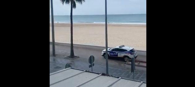 Un coche de la Policía Local de Cádiz advierte a un hombre que se salta la