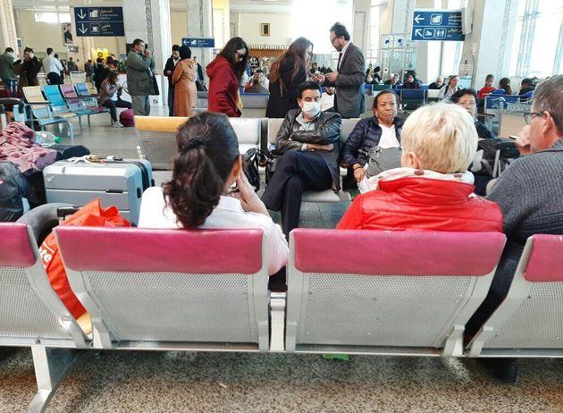 Des passagers en attente d'un vol à l'aéroport de Tanger au Maroc, le 14 mars