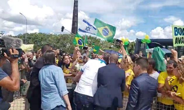 Apesar da orientação para que ficasse em isolamento, Bolsonaro deixou o Alvorada e cumprimentou...