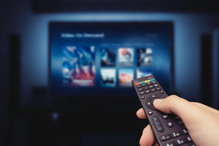 Una persona elige un canal de tele.