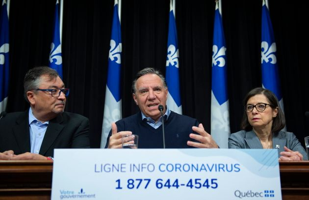 Le premier ministre du Québec, François Legault, au centre, annonce des mesures contre la Covid-19, aux...