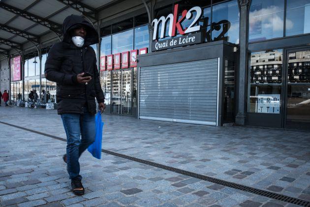 Devant un cinéma fermé à Paris le 15 mars