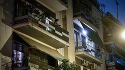 Το συγκινητικό χειροκρότημα από τα μπαλκόνια για τους Ελληνες γιατρούς και