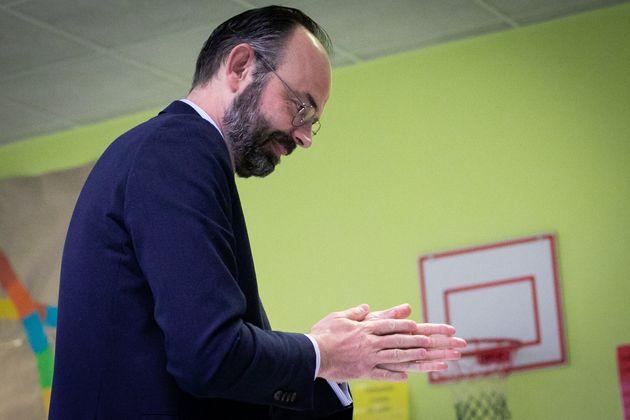 Edouard Philippe vote au Havre, sur fond vert, et fait les gestes barrières. Comme un symbole de l'élection...