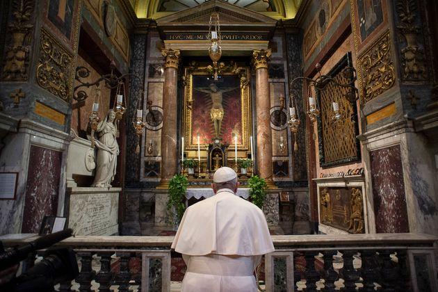 성 마르첼로 알코르소 성당에서 기도 중인 프란치스코 교황. 바티칸 시국 제공. 2020. 3.