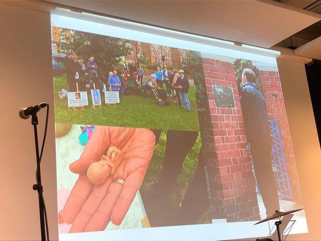 中絶を行うクリニックの前で、抗議のデモを行う人々(ベグリオ=ホワイトさんのプレゼンテーションの画面)