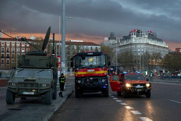 이동금지령이 내려진 스페인에서 군용 차량이 거리에 배치되어 있다. 마드리드, 스페인. 2020년