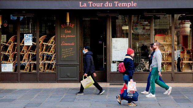 영업 금지령으로 문을 닫은 파리 마레지구의 한 카페 앞을 시민들이 지나가고 있다. 파리, 프랑스. 2020년