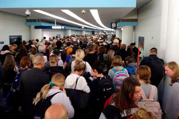 시카고 오헤어 국제공항에서 입국 심사를 기다리는 승객들의 모습. 2020년