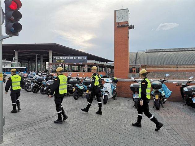 militares de la Unidad Militar de Emergencia (UME) patrullan por la estación de Atocha en