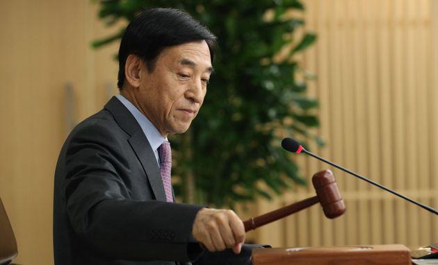 이주열 한국은행 총재가 16일 서울 중구 한국은행에서 열린 금융통화위원회에서 의사봉을 두드리고