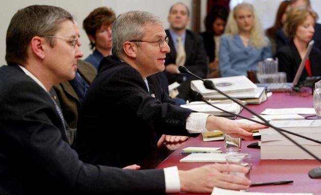 2004년 백악관 경제 자문위원이던 당시의 맨큐(맨 왼쪽), 가운데는 예산국장이었던 조슈아