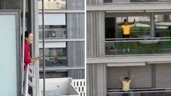 Bingo en los balcones y clase de gimnasia: las genialidades de una urbanización de Sevilla para amenizar la