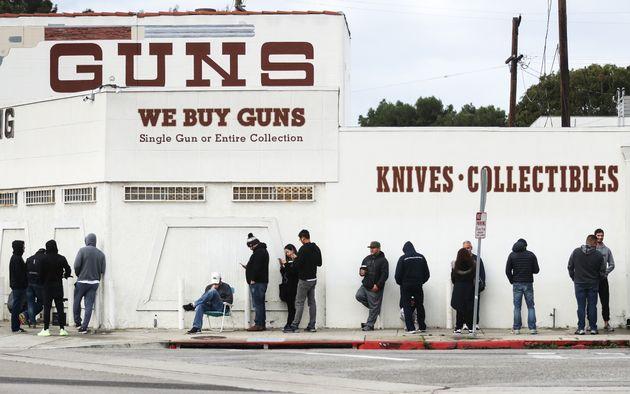 Des personnes faisant la queue devant une armurerie de Culver City en Californie, le 15 mars