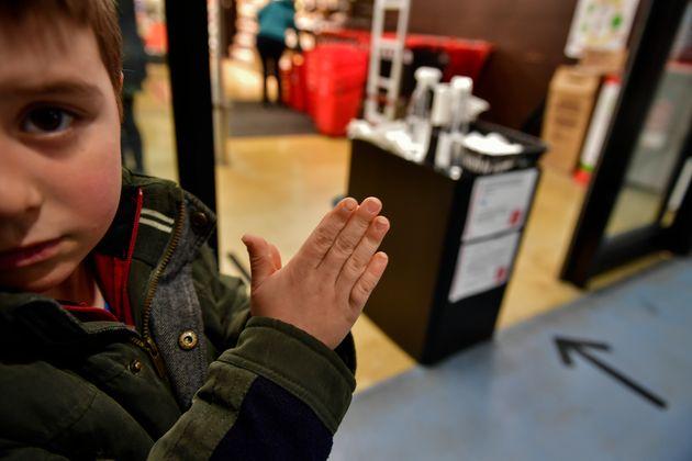 16일 팜플로나의 한 마트에 들어가기 전에 아이가 세정제로 손을 닦고