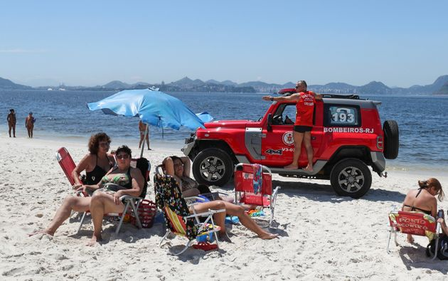 Bombeiros pedem para que banhistas deixem a praia no