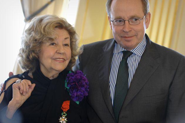 L'actrice et chanteuse française Suzy Delair est félicitée par le ministre de la...