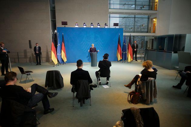 소수의 언론인들만 참석한 가운데 앙겔라 메르켈 독일 총리가 기자회견을 열고 있다. 베를린, 독일. 2020년
