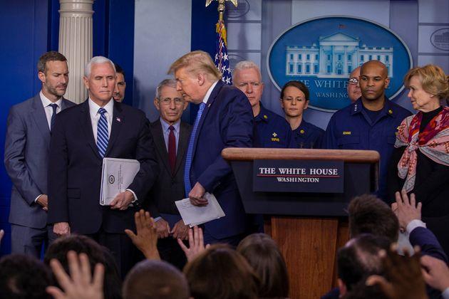 기자회견 도중 자리를 뜨는 트럼프