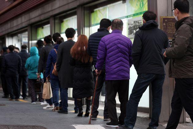 '공적 마스크 5부제' 시행 둘째 주인 17일 오전 서울 종로구의 한 약국에서 시민들이 공적마스크를 구입하기 위해 줄을 서