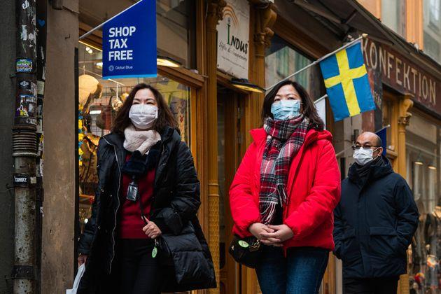 마스크를 착용한 관광객들의 모습. 스톡홀름, 스웨덴. 2020년