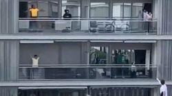 스페인 사람들이 발코니에서 빙고게임과 에어로빅을 하고