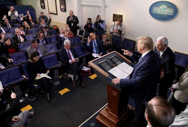 코로나19 브리핑이 열린 백악관 브리핑룸. 언론인들이 한 좌석씩 떨어져서 앉아 있다. 2020년