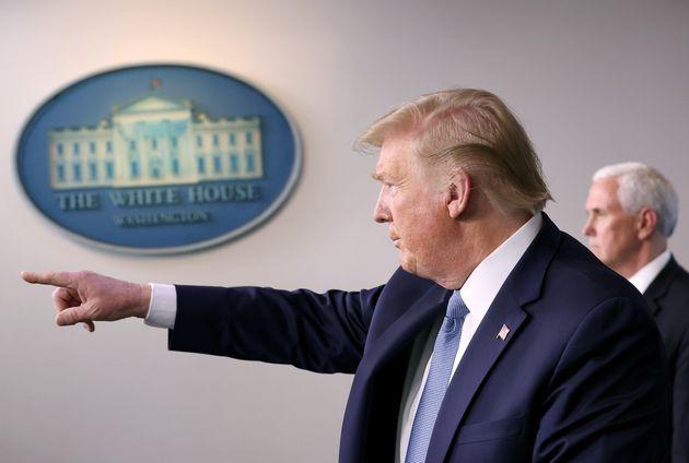 도널드 트럼프 미국 대통령은 '사회적 거리두기'에 대한 정부 차원의 새로운 가이드라인을 발표했다. 2020년
