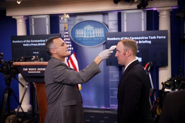 백악관 의무실 직원이 브리핑룸 출입자들을 대상으로 체온 측정을 실시하고 있다. 워싱턴DC. 2020년