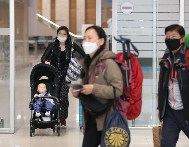 16일 오후 인천국제공항 2터미널에서 파리발 여객기를 타고 도착한 승객들이 입국장을 나서고