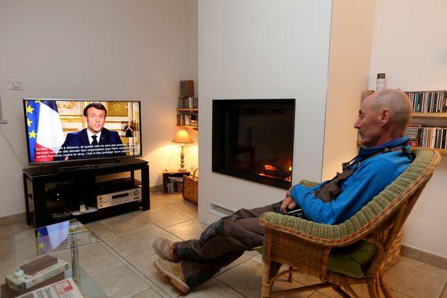 Un téléspectateur suivant l'allocution télévisée du chef de l'État...