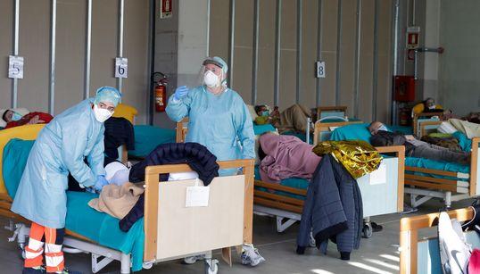 Μέσα σε νοσοκομείο της Ιταλίας, όπου γιατροί κοιτούν ετοιμοθάνατους στα μάτια και τους λένε