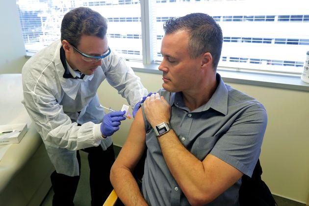 Εικόνες από την πρώτη κλινική δοκιμή του εμβολίου για τον COVID-19 σε