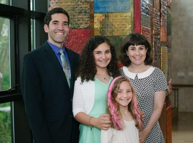 Debi Lewis, son conjoint David et leurs filles Ronni et