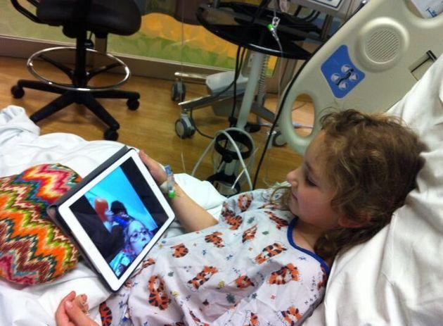 Sammi à l'hôpital, en train de parler à une amie sur