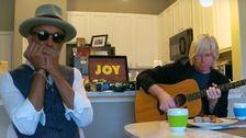 Lieder, die Während des Herunterfahrens: Musiker spielen Online Konzerte Trotz COVID-19