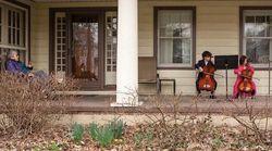 新型コロナの影響で自主隔離中の高齢者に、近所の子ども達がチェロ演奏(動画)