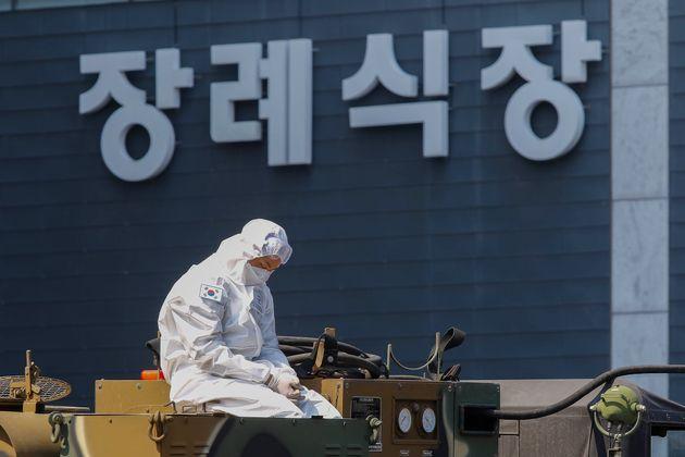 17일 대구의 한 드라이브스루 검진소에서 방역 담당 군인이 이동 차량을 기다리고