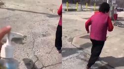 한 미국인이 아시아인 할머니에게 소독제 뿌리는 영상을