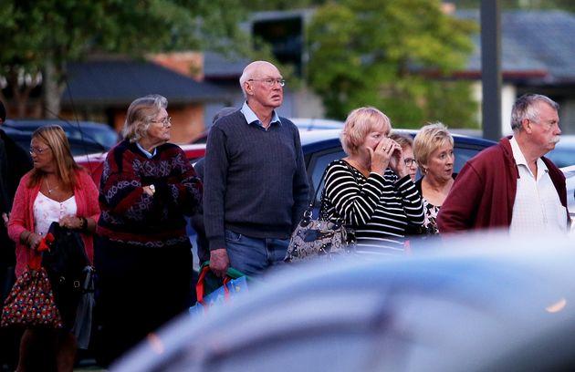 17일 멜번의 울워스 마트의 '공동체 시간' 개장을 기다리며 줄 서 있는