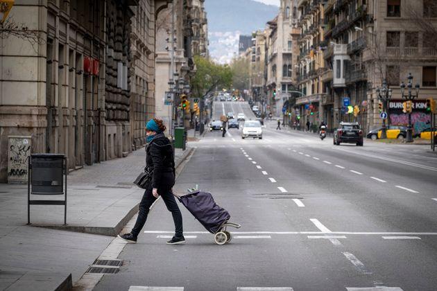 Pour sortir de chez soi, il faut impérativement se munir de son attestation de déplacement...
