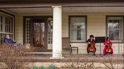 Κορονοϊός: Δύο παιδιά στο Οχάιο παίζουν τσέλο για την ηλικιωμένη γειτόνισα