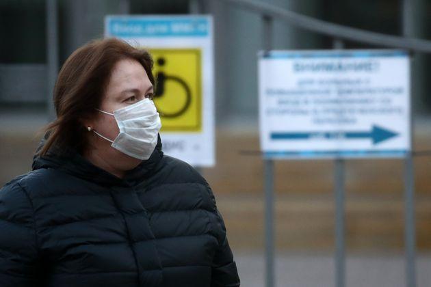 Une femme porte un masque pour se protéger du coronavirus à Moscou, mercredi 18 mars
