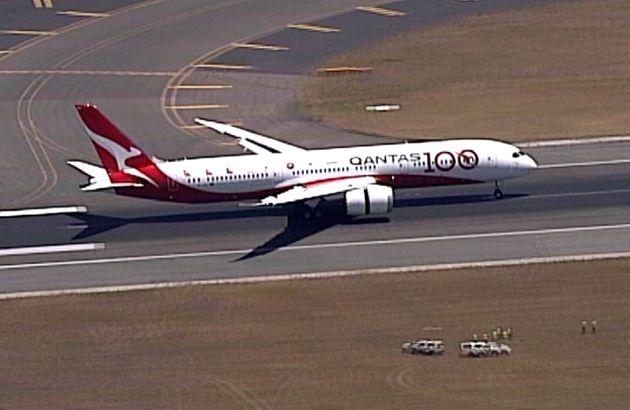 En esta imagen tomada de un video, un Boeing 787 Dreamliner de la aerolínea Qantas aterriza en el aeropuerto...