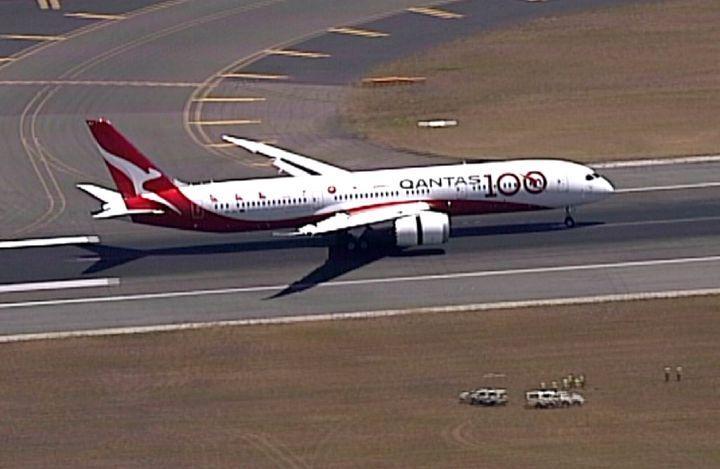 En esta imagen tomada de un video, un Boeing 787 Dreamliner de la aerolínea Qantas aterriza en el aeropuerto de Sydney, el 15 de noviembre de 2019. (Australia Pool via AP)