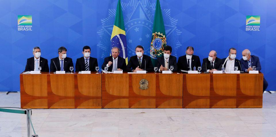 O presidente Jair Bolsonaro e sua equipe apareceram de máscara para anunciar medidas de combate...