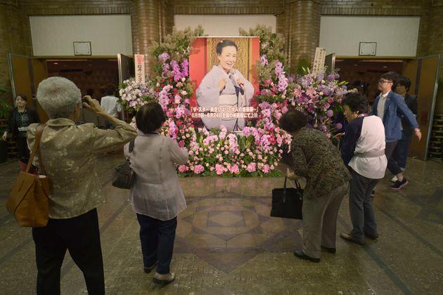 美空ひばりさんの生誕祭が行われた日比谷公会堂で記念撮影をするファン(東京都千代田区=2013年5月29日撮影)