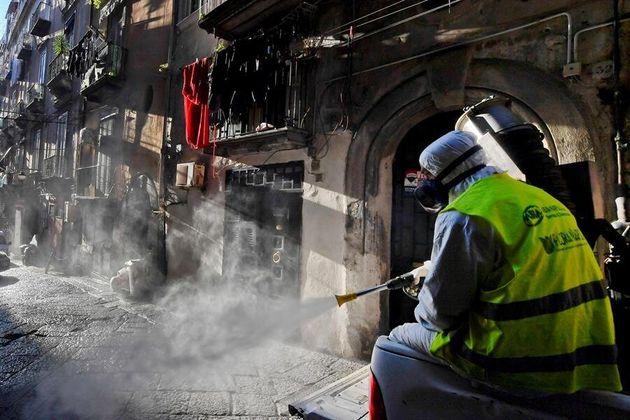 Un operario de Sanidad limpia las calles de
