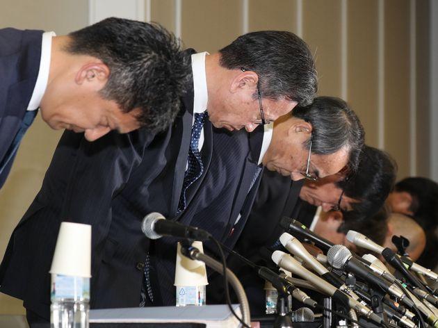 記者会見で頭を下げる関西電力の岩根茂樹前社長(左から2人目)、森本孝新社長(同3人目)ら